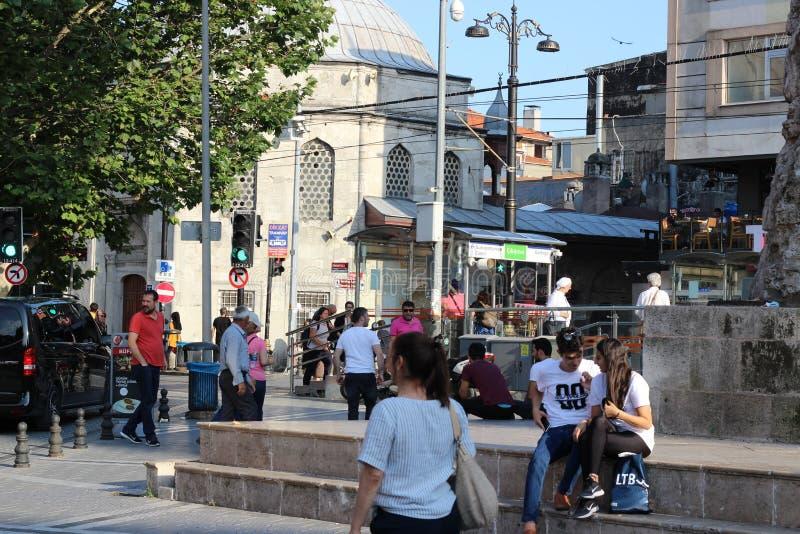 O jovem casal turco está relaxando na beira da velha fonte em Istambul, Turquia foto de stock royalty free