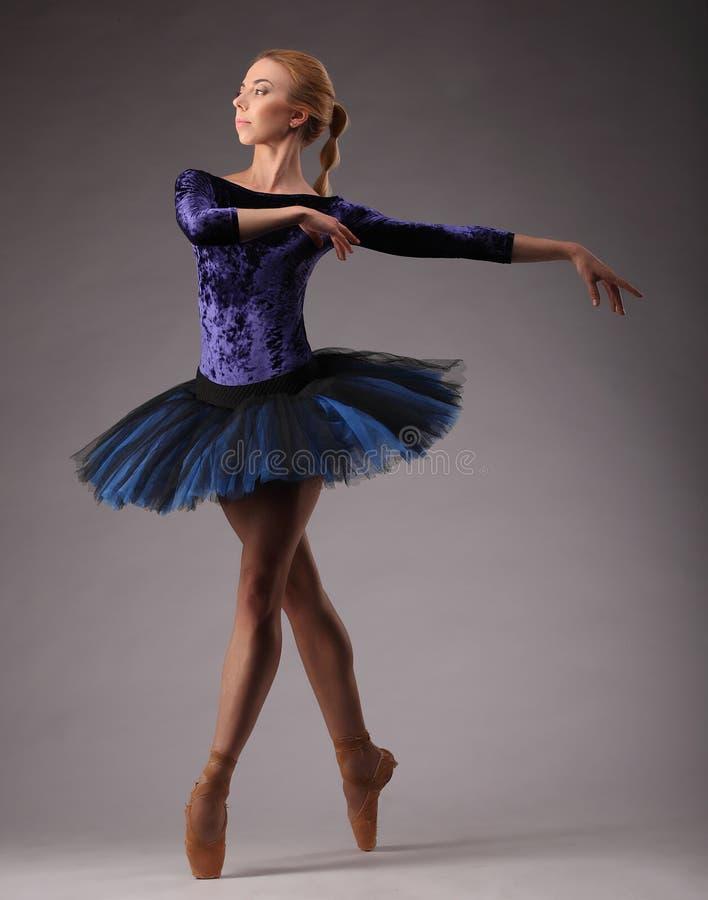 O jovem e a bailarina incredibly bonita no equipamento azul são de levantamento e de dança no estúdio classical fotografia de stock