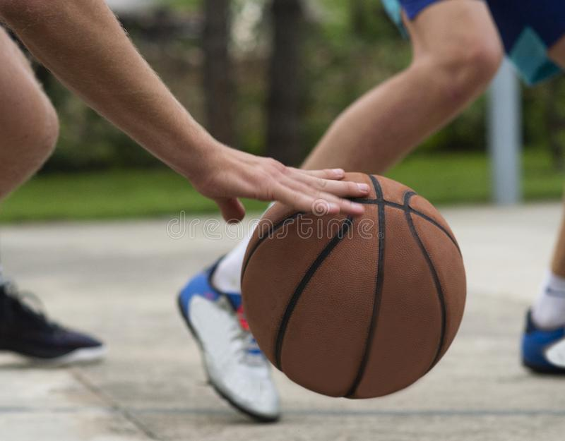 O jovem equipa no campo de b?squete que pinga com bola Streetball, treinamento, atividade fotos de stock