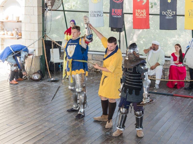 O juiz anuncia o vencedor da luta no ` do festival os cavaleiros do ` do Jerusalém no Jerusalém, Israel fotografia de stock