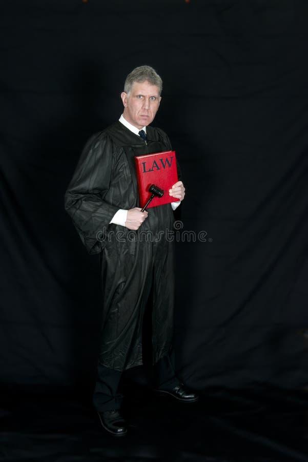 Sorriso sério do juiz da lei isolado no branco imagens de stock royalty free
