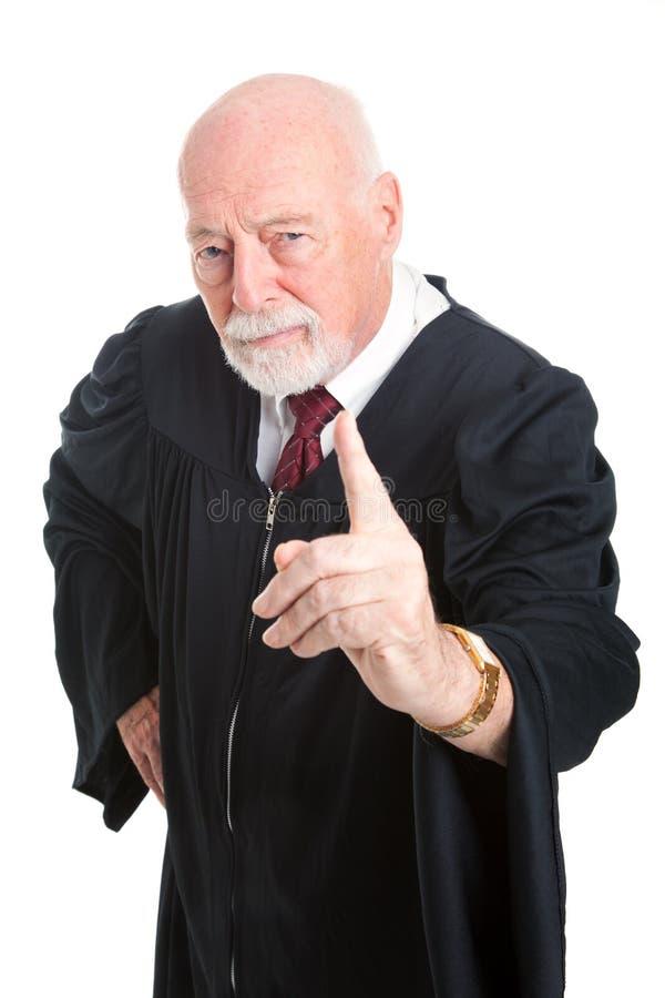 O juiz severo sacode o dedo foto de stock