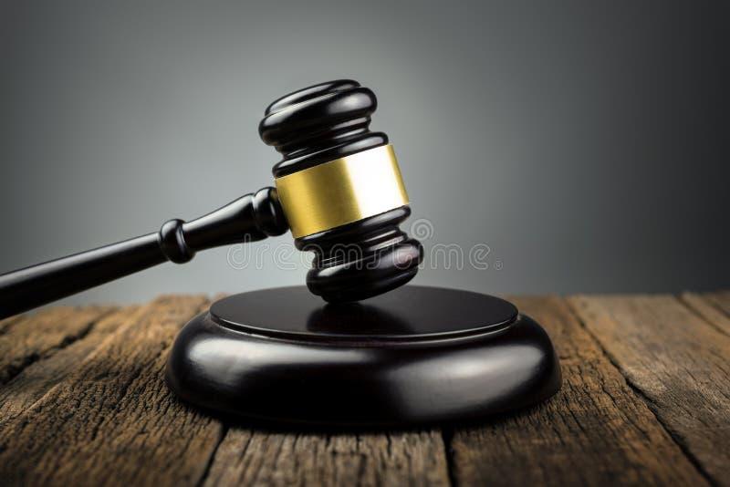 O juiz Wood Hammer Law julga o conceito do fundo foto de stock
