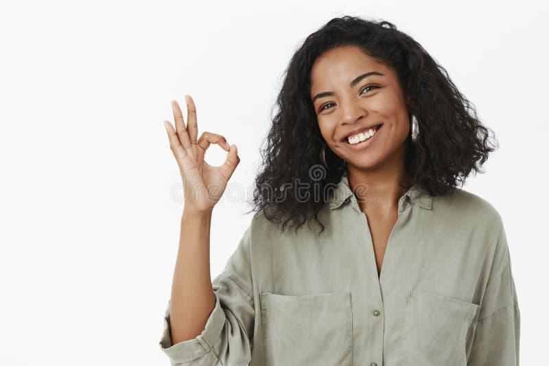 O.k. doe ik het Portret van het charmeren van vriendschappelijke en beleefde gelukkige Afrikaanse Amerikaanse volwassen vrouw in  royalty-vrije stock afbeeldingen