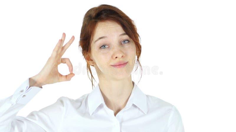 O.k. gebaar, rode haarvrouw op witte achtergrond royalty-vrije stock fotografie