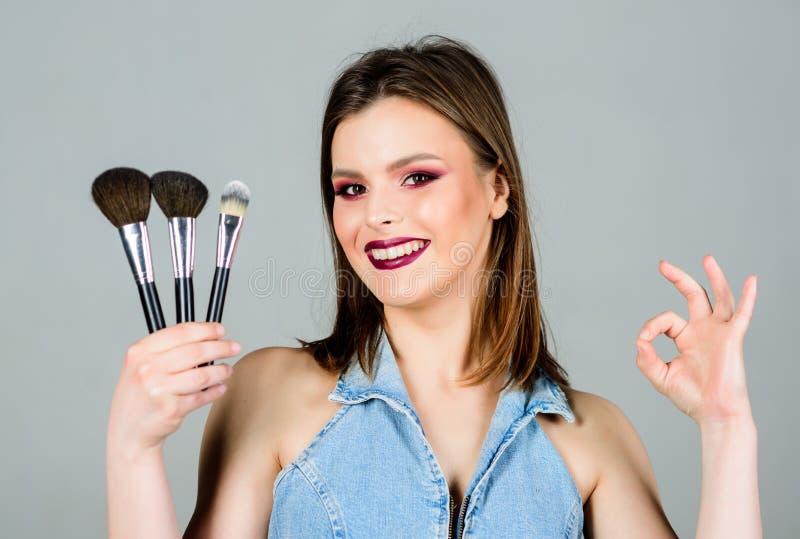 O.k. gebaar sensuele vrouw met lang haar, stijl de salon van de schoonheidskapper Lippenstift en oogschaduw sexuality Skincare royalty-vrije stock foto