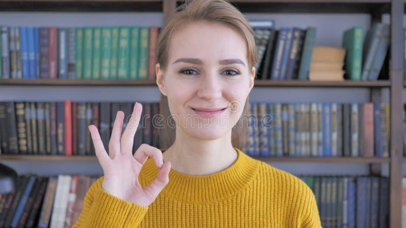 O.k. Teken door Tevreden Jonge Vrouw stock fotografie