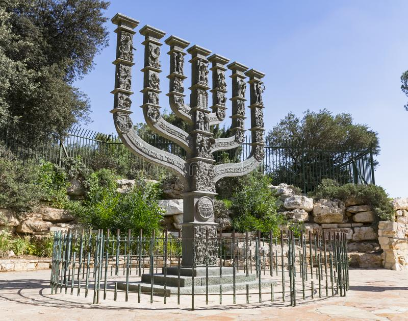 O Knesset Menorah no Jerusalém fotos de stock