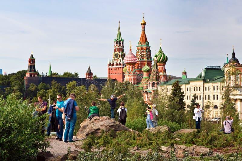 O Kremlin de Moscou e a opinião da catedral do ` s da manjericão do St em Zaryadye novo estacionam, parque urbano situado perto d foto de stock