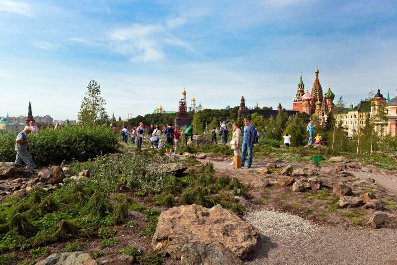 O Kremlin de Moscou e a opinião da catedral do ` s da manjericão do St em Zaryadye novo estacionam, parque urbano situado perto d fotos de stock