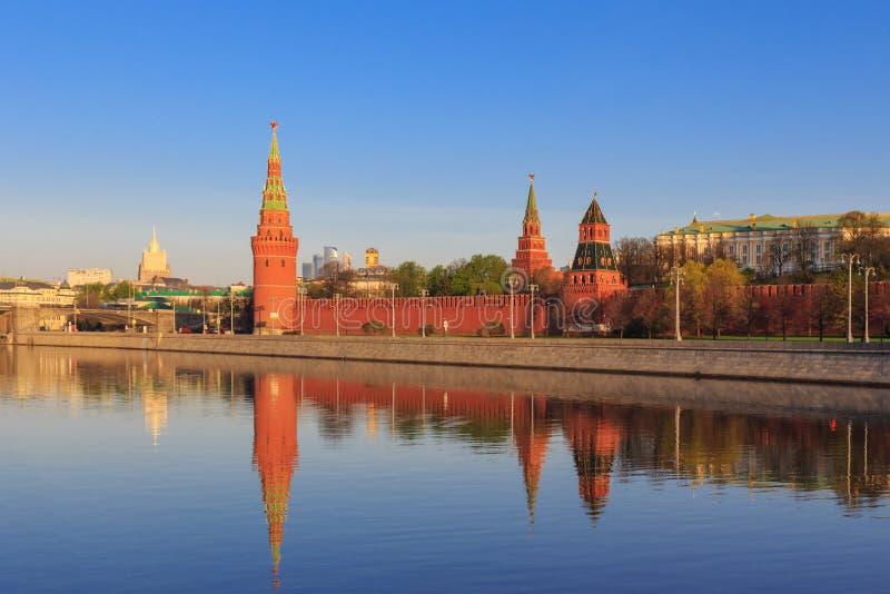 O Kremlin de Moscou eleva-se com reflexão na água do rio de Moskva em uma manhã ensolarada da mola imagem de stock