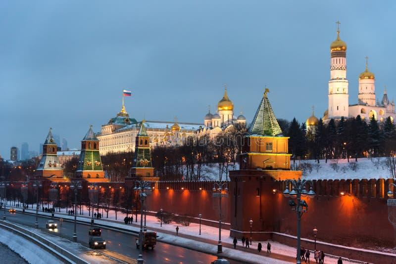 O Kremlin de Moscou na noite do inverno e a terraplenagem do rio de Moskva com uma decoração do Natal imagens de stock