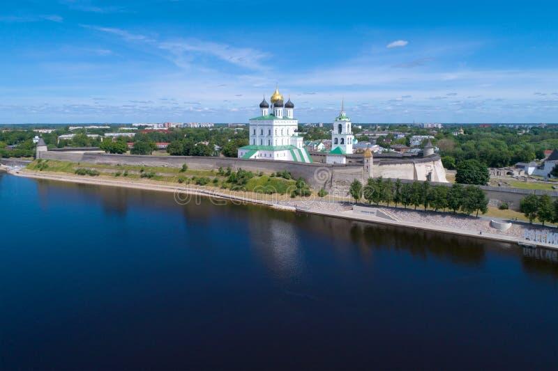 O Kremlin de Pskov na paisagem da cidade em um dia ensolarado de junho Pskov, Rússia fotos de stock royalty free