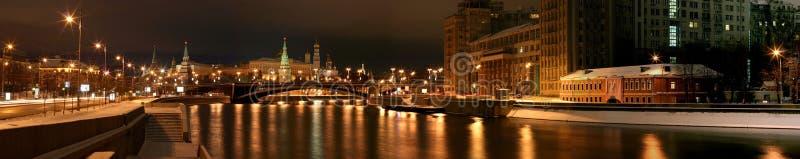 O Kremlin Moscou a capital de Rússia é um monumento histórico a estrela da torre da fortaleza da parede da ponte do rio da residê foto de stock