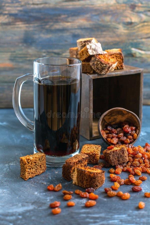 O Kvass é uma bebida tradicional do russo em um vidro fotografia de stock royalty free