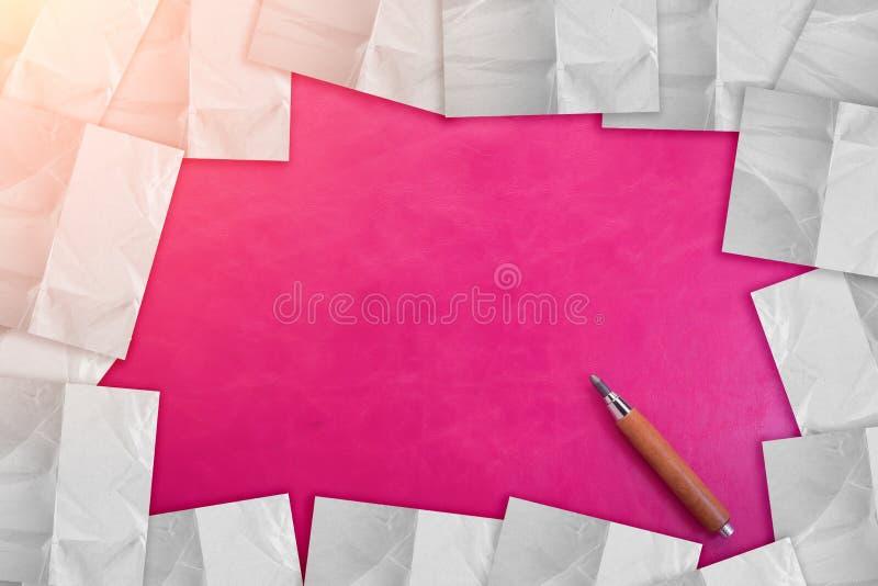 O lápis de madeira com fundo cor-de-rosa E PEPAER NOTAM o creativ do QUADRO imagens de stock royalty free