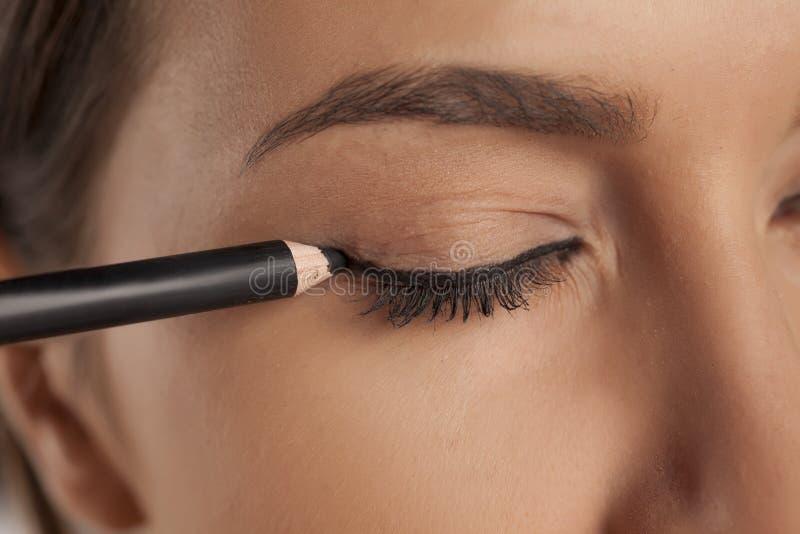 O lápis de olho aplica-se imagens de stock