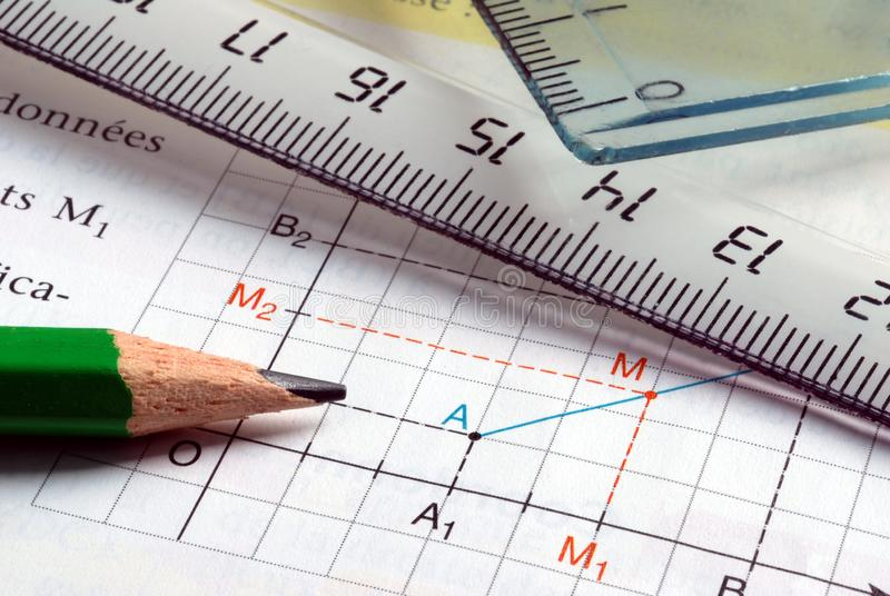O lápis e o close-up graduaram a régua colocada em um gráfico fotografia de stock