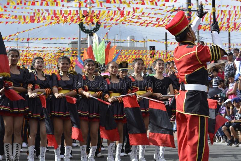 O líder da faixa conduz sua equipe musical durante a exposição anual da banda filarmônica imagens de stock