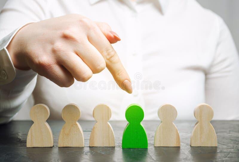 O líder da mulher escolhe a pessoa o na equipe Gestão de recursos humanos Trabalhador talentoso Pessoal de aluguer Busca do empre fotos de stock royalty free