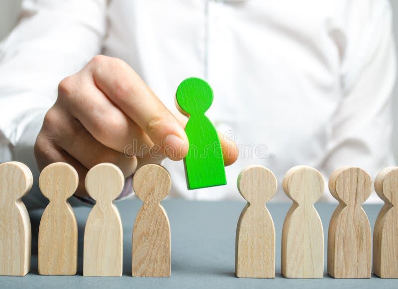 O líder escolhe a pessoa o na equipe Trabalhador talentoso Pessoal de aluguer Busca do empregado promova Gestão de recursos human foto de stock royalty free
