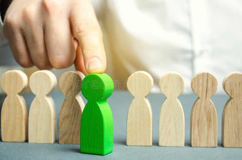 O líder escolhe a pessoa o na equipe Trabalhador talentoso Pessoal de aluguer Busca do empregado promova Gestão de recursos human imagem de stock royalty free