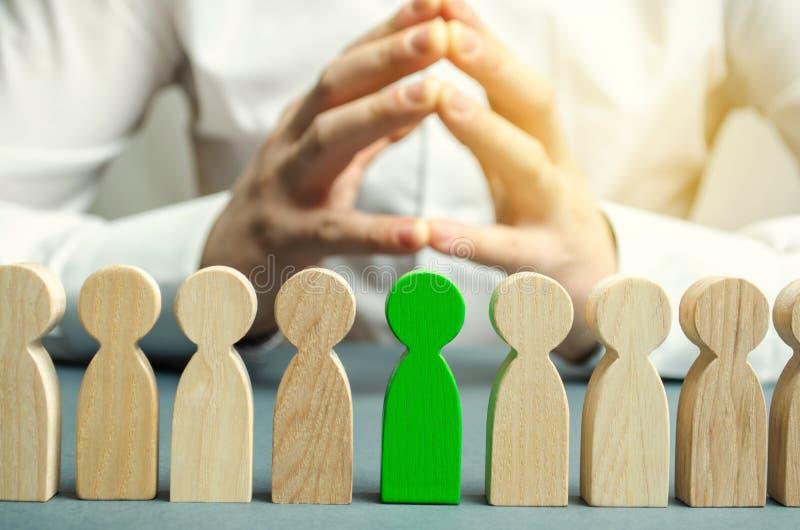 O líder escolhe a pessoa o na equipe Trabalhador talentoso Pessoal de aluguer Busca do empregado promova Gestão de recursos human imagens de stock
