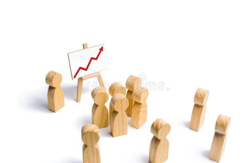 O líder está estando perto do gráfico com uma seta ascendente vermelha fala um discurso que endereça uma multidão de povos Concei foto de stock royalty free
