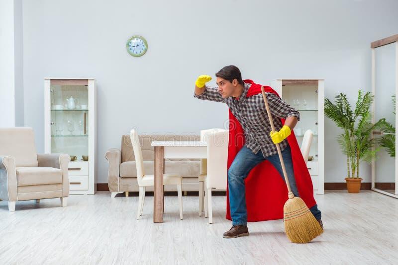 O líquido de limpeza do super-herói que trabalha em casa fotografia de stock royalty free