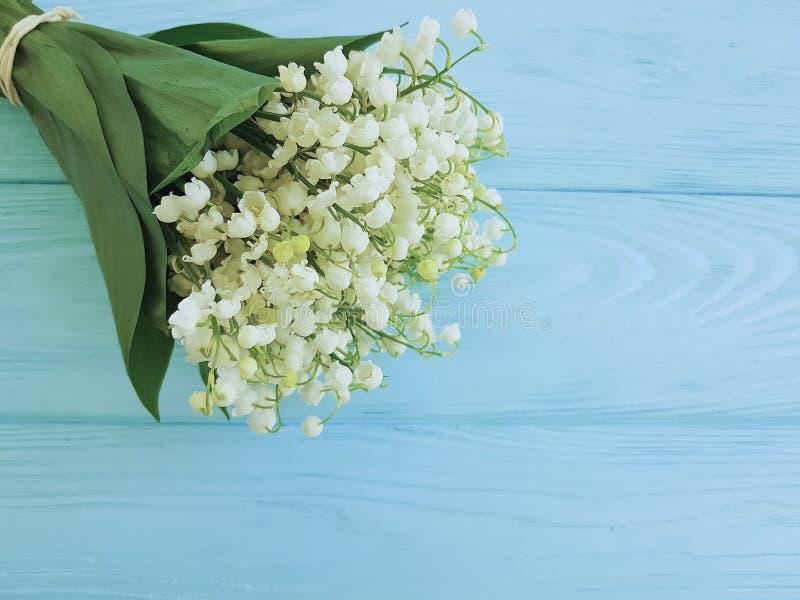 O lírio do vale bonito na mola floral decorativa da celebração de madeira azul do verão floresce cumprimentos fotografia de stock royalty free