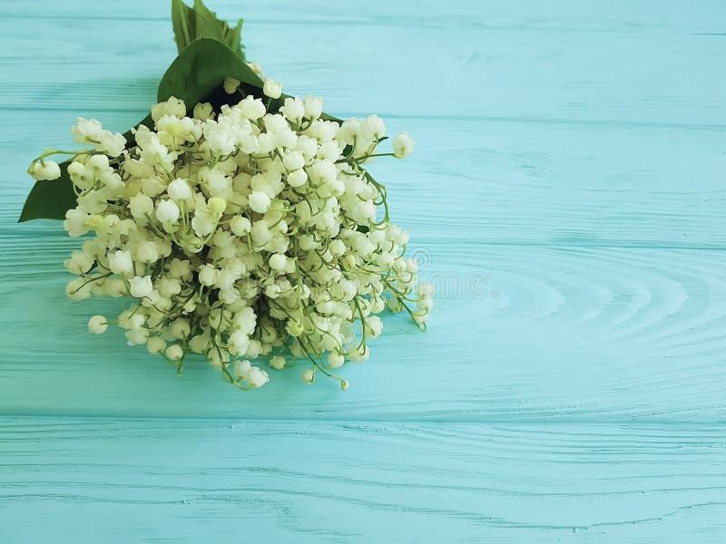 O lírio do vale bonito na mola floral decorativa da celebração rústica de madeira azul floresce cumprimentos foto de stock royalty free