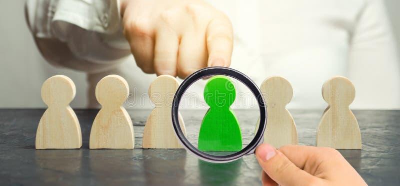 O l?der da mulher escolhe a pessoa o na equipe Gest?o de recursos humanos Trabalhador talentoso Pessoal de aluguer Busca do empre fotos de stock