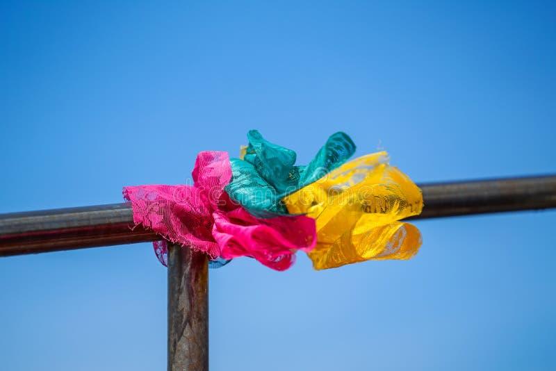O laço colorido da tela da fé do laço com barco do pescador arredondou o fundo do trilho de aço inoxidável e do céu azul fotografia de stock royalty free