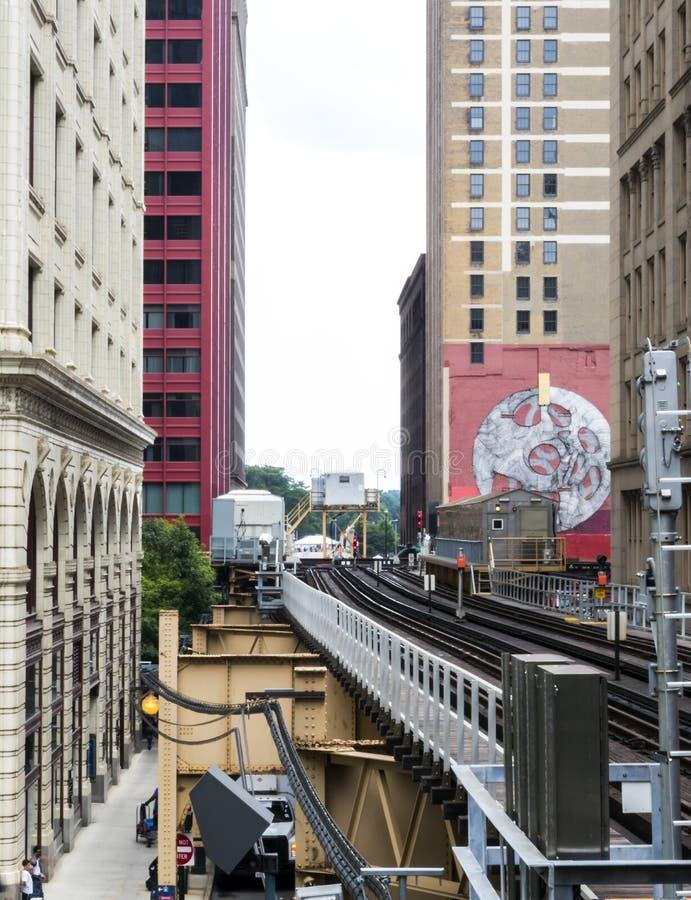 O laço - linha elevado do trem entre construções - Chicago, Illinois imagens de stock