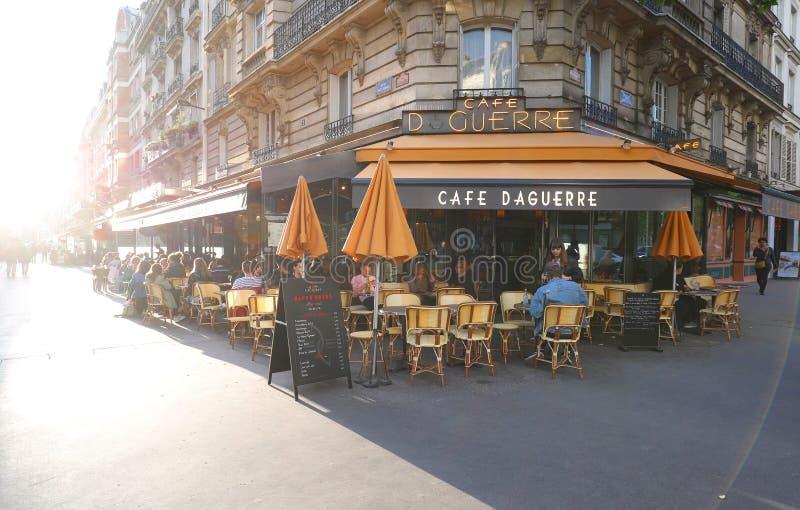 O La Daguerre é café francês tradicional situado no coração arrondissement de Paris do 14o no pedestre famoso imagem de stock