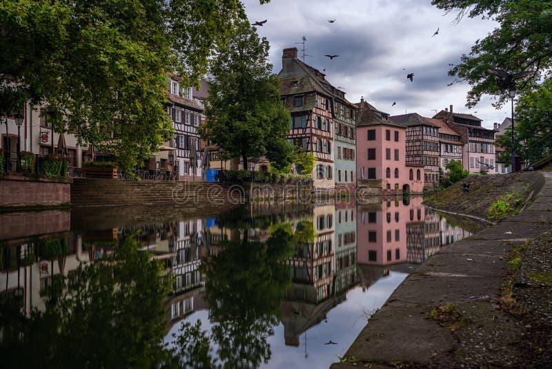 O La popular Petite France com toda a metade bonita suportou casas imagem de stock royalty free