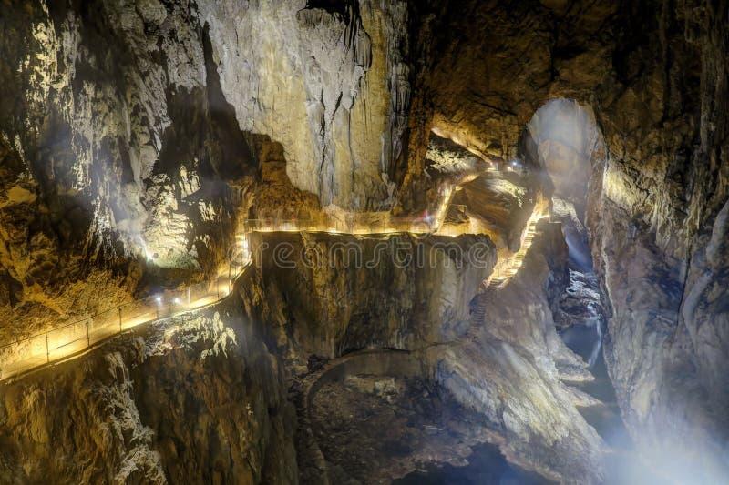 O labirinto, passagens iluminadas dentro de Skocjan cava, um de imagens de stock
