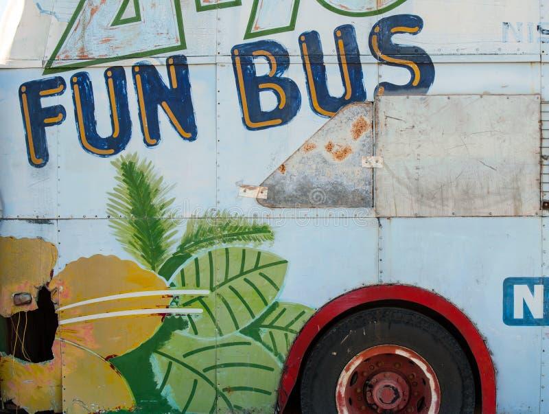 O lado de um ônibus velho oxidado pintou foto de stock
