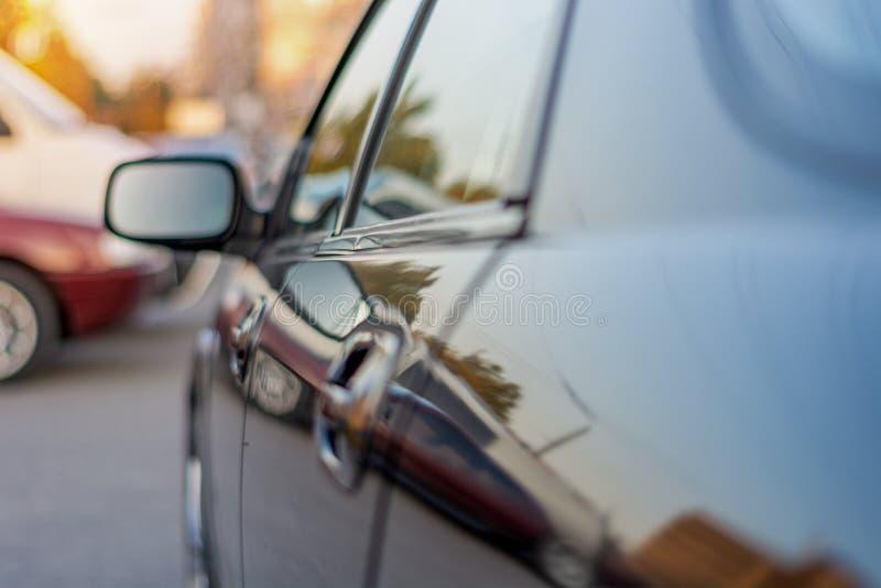 O lado esquerdo do espelho da opinião lateral do carro fotos de stock