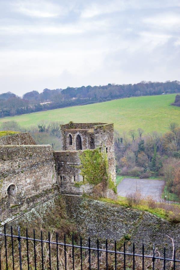 O lado superior do castelo de Dôvar com torre e prados foto de stock royalty free