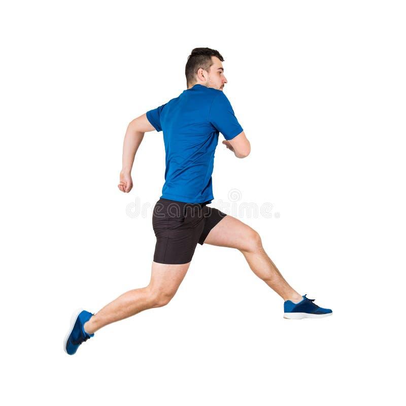 O lado vie o comprimento completo de atleta caucasiano determinado do homem que salta sobre o obstáculo imaginário isolado sobre  imagens de stock