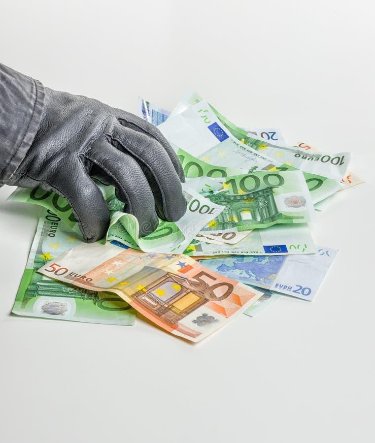 O ladrão com luva de couro está agarrando contas imagens de stock royalty free