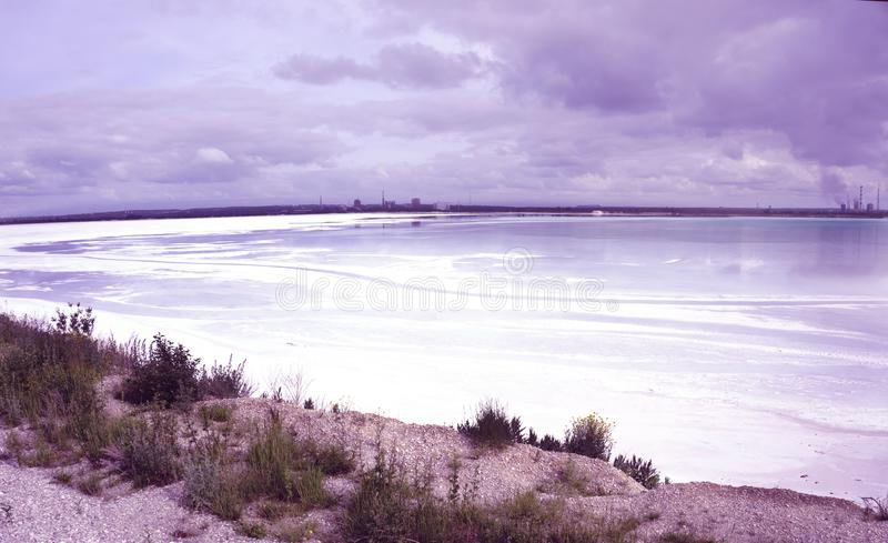 O lago é a descarga do desperdício industrial envenenou a água de uma água suja da empresa industrial foto de stock royalty free