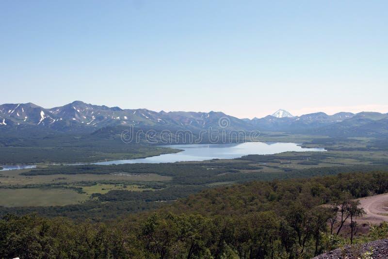 O lago ao lado paga das montanhas imagens de stock royalty free