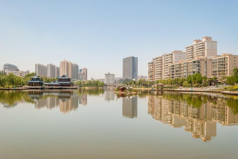 O lago artificial do parque de Yantan em Lanzhou China fotos de stock royalty free
