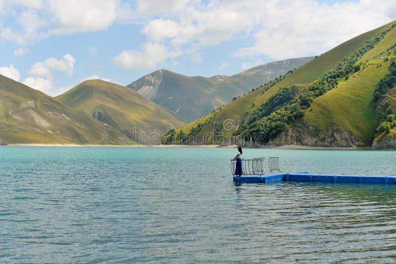 O lago azul Kazenoi da montanha está na república chechena em um dia de verão ensolarado imagem de stock royalty free