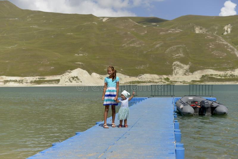 O lago azul Kazenoi da montanha está na república chechena em um dia de verão ensolarado fotos de stock