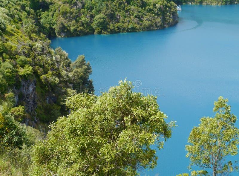 O lago azul na montagem Gambier é uma cratera vulcânica explosiva foto de stock royalty free