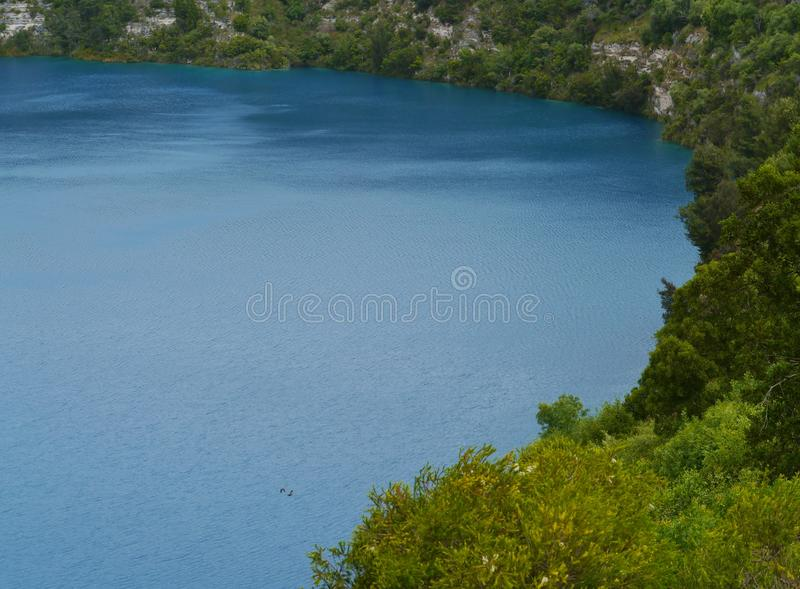 O lago azul na montagem Gambier fotos de stock royalty free