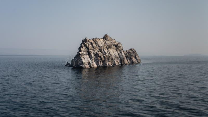 O Lago Baikal e rocha de pedra imagens de stock